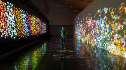 Daniel Canogar en su instalación 'Sikka Ingentium'.
