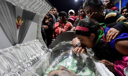 Familiares de las víctimas lloran durante el funeral por cinco guardianes indígenas asesinados durante un ataque presuntamente perpetrado por un grupo de insurgentes contrarios a los Acuerdos de Paz en Colombia en Toribio, departamento de Cauca, Colombia, el 31 de octubre.