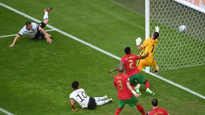 Gosens, en el momento de marcar el gol a Portugal.