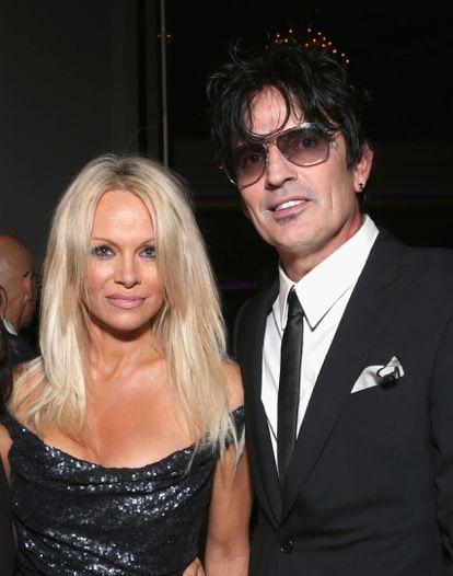 Pamela Anderson y Tommy Lee en una fiesta para celebrar el 35 aniversario de PETA, en Hollywood en 2015.