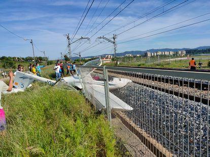 Una avioneta ha caído en las vías del tren en Sabadell (Barcelona).
