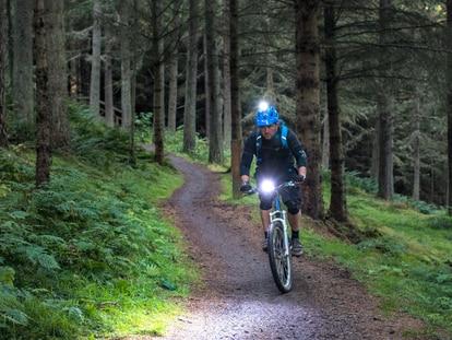 Gracias a estas luces se aumenta la visibilidad y la seguridad en la bici. GETTY IMAGES.