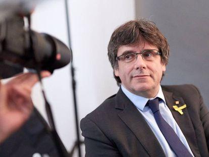 El expresidente de la Generalitat Carles Puigdemont posa para los fotógrafos tras un encuentro con periodistas extranjeros acreditados en Alemania, en la capital alemana el jueves.