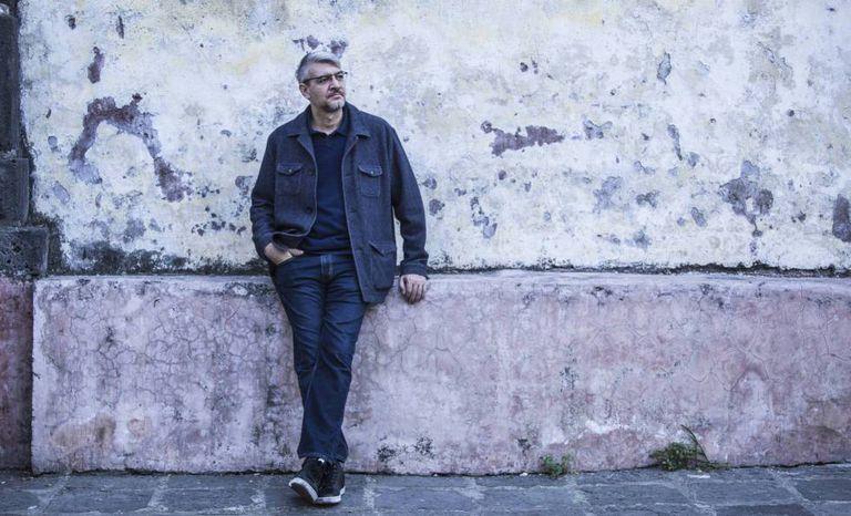 El escritor mexicano Emiliano Monge, en Ciudad de México.