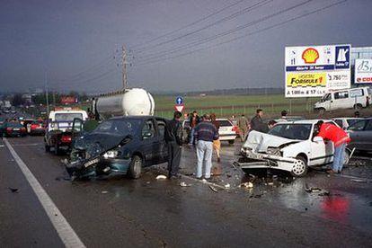 Accidente en carretera tras el choque de varios vehículos.