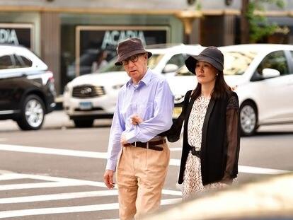 Woody Allen y Soon-Yi Previn pasean por Nueva York en 2016.