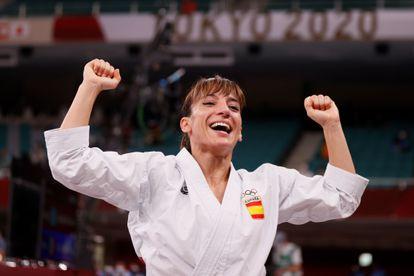 La española Sandra Sánchez celebra tras ganar la medalla de oro en el combate final de Kata femenino en karate durante los Juegos Olímpicos de Tokio 2020, en el estadio Nippon Budokan en Tokio (Japón).