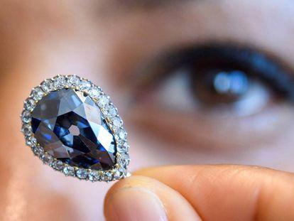 Una empleada de la casa de subastas Sotheby's exhibe 'El Azul Farnesio' en su presentación en Sotheby's en Ginebra (Suiza).