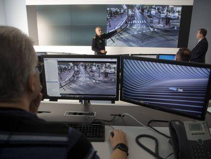 El jefe de la Policía Local de Marbella, Javier Martín (izquierda), y el responsable de Informática del Ayuntamiento, José Alonso, explican a varios agentes el nuevo sistema de videovigilancia con inteligencia artificial que utiliza la ciudad.