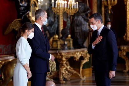 El presidente Pedro Sánchez, a la izquierda, saluda a los Reyes durante la recepción de la Fiesta Nacional.
