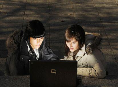 Tamara (izquierda) y Susana, frente a la Facultad de Ciencias de la Información, en Madrid.