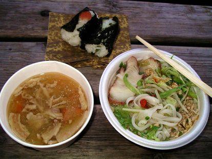 Sopa de fideos vietnamita, bocados de arroz rellenos de verduras y sopa de cerdo.