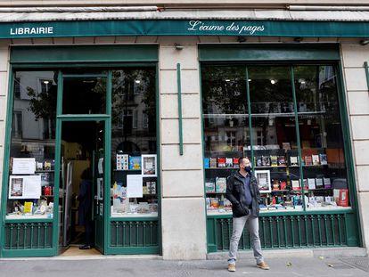 Un hombre, delante de la librería L'Ecume des Pages, de París, en noviembre.