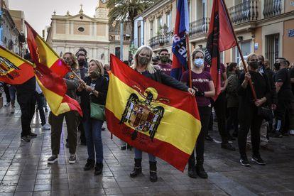 Un momento de la marcha convocada por el partido de extrema derecha España 2000 en el barrio de Benimaclet de Valencia.