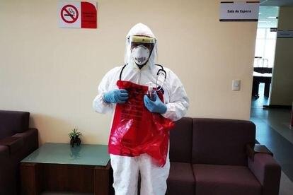 El doctor Javier Bañuelos Arzac posa con un equipo de protección personal completo.