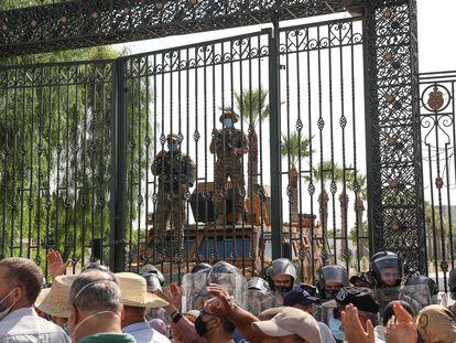 Las fuerzas de seguridad tunecinas vigilan el Parlamento en Túnez este lunes.
