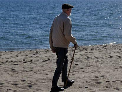 Sampedro, paseando por la playa de Mijas (Málaga).