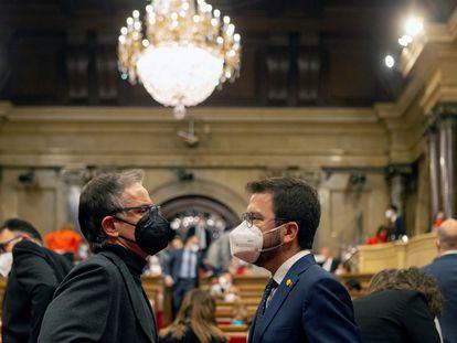 El 'president' en funciones, Pere Aragonès, conversa con su compañero de partido Josep Maria Jové, en el pleno del Parlament este jueves.