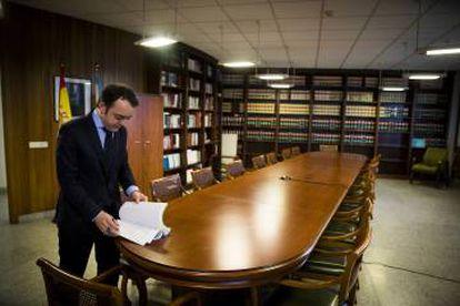 Entrada al astillero Facho. Abajo, el fiscal Antidroga de Pontevedra, Pablo Varela, en la sala de reuniones de la Fiscalía.