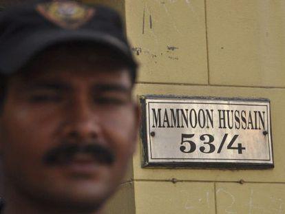 Un agente paquistaní vigila la residencia de Husein, el presidente electo.
