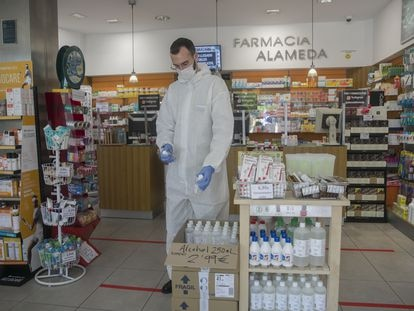 Un farmacéutico en una farmacia en Sevilla que ofrece productos de higiene y prevención contra el coronavirus.