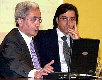 El ministro de Trabajo y Seguridad Social, Juan Carlos Aparicio y el ministro Portavoz, Pio Cabanillas, tras el Consejo de Ministros.