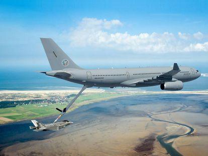 Un avión A330 MRTT como los vendidos a Arabia Saudí reabasteciendo en vuelo a un caza.