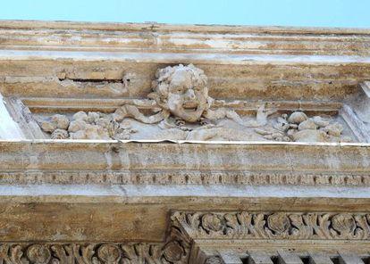 Detalle de los desprendimientos en la mampostería de mármol de la Fontana di Trevi en Roma.