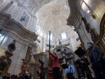 Red en el interior de la catedral de Cádiz para impedir la caída de cascotes.