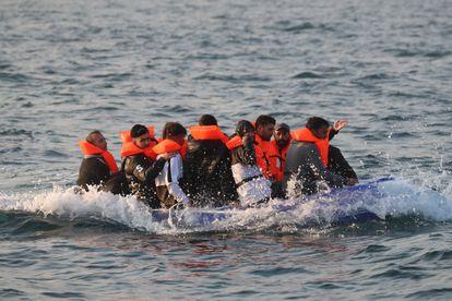 Un grupo de inmigrantes irregulares, en agosto de 2020, camino de la costa de Dover (el Reino Unido).