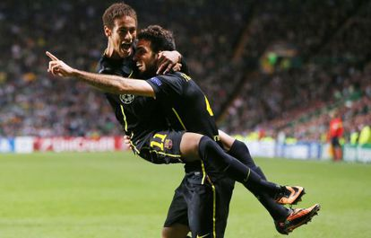 Neymar celebra con Cesc el gol de la victoria.