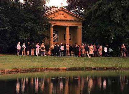 Un grupo de visitantes, en 1998, a la puerta del museo dedicado a Diana en la residencia familiar de Althorp.