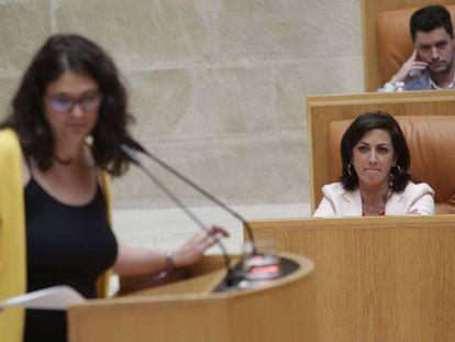 Raquel Romero (Podemos) y Concha Andreu (PSOE) este jueves en el Parlamento riojano. En vídeo, intervención de Raquel Romero.