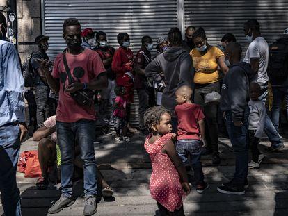 Migrantes haitianos hacen fila a las afueras de la Comisión Mexicana de Ayuda a Refugiados de la Ciudad de México para solicitar asilo humanitario.
