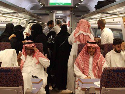 Pasajeros saudíes en el interior del tren del AVE a la Meca, en 2019.