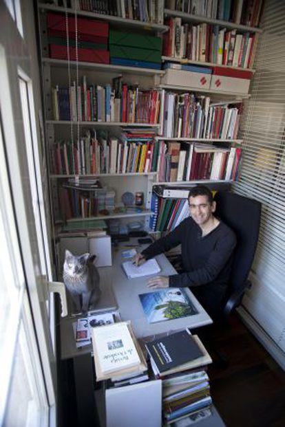 Juan Mayorga, en el rincón de su casa donde trabaja.
