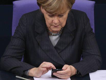 No parece un iPhone, pero bueno: es Angela Merkel y está cacharreando con un móvil,