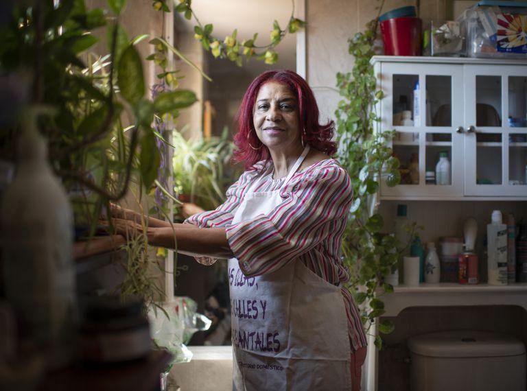Rafaela Pimentel, trabajadora del hogar, en su casa de Vallecas (Madrid).