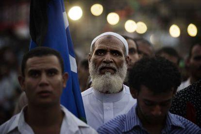 Miembros de los Hermanos Musulmanos y partidarios del depuesto presidente Mohamed Morsi rezan durante una manifestación el 15 de julio de 2013 en El Cairo.