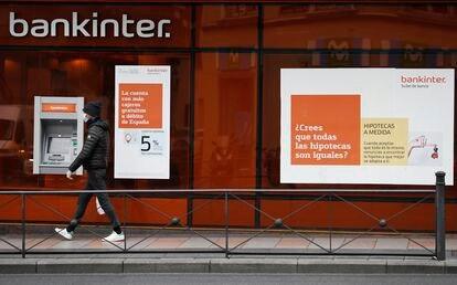 Un hombre pasa por delante de un anuncio hipotecario, en abril de 2020.