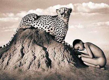 Hombres y animales relacionándose en armonía.