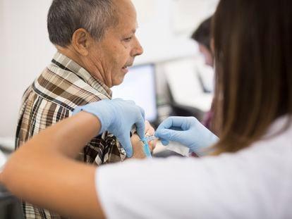 Un hombre se vacuna contra la gripe en la campaña del 2019, en Barcelona.