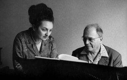 El compositor francés Olivier Messiaen y su esposa, Yvonne Loriod, durante una sesión de trabajo en el piano, en una imagen de 1967.