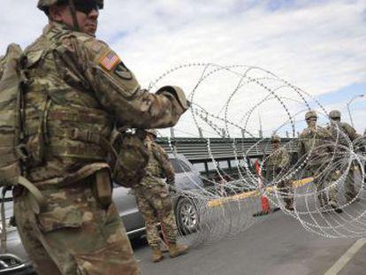 El presidente Donald Trump ha comenzado con el despliegue de los primeros 1.000 militares en el sur de Texas para contener la caravana de migrantes centroamericanos que se dirigen hacia el Norte
