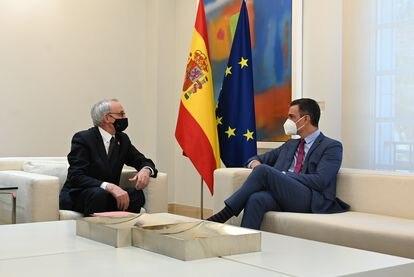 El presidente del Gobierno, Pedro Sánchez, a la derecha, y el presidente del CES, Antón Costas, este miércoles en la Moncloa.