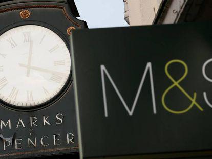 Carteles de Marks & Spencer en una tienda de Londres.