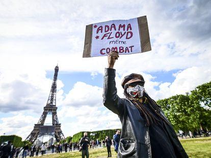 """""""Adama, Floyd, mismo combate"""", dice el cartel en una protesta, este sábado, ante la Torre Eiffel, en París."""