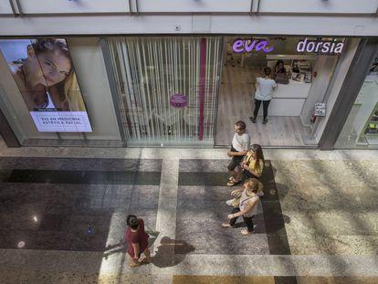 Fachada de una clínica Eva en un centro comercial de Madrid.