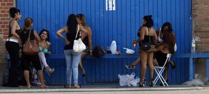 Varias prostitutas en la Colonia Marconi de Villaverde el pasado agosto.