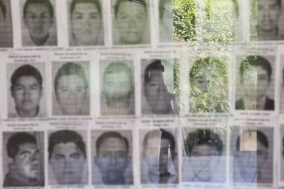 Vitrina con las fotografías de algunos de los 43 estudiantes de Iguala desaparecidos